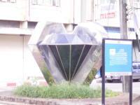 「宝石通り」の入り口にあるモニュメント