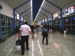 入国ターミナルへ