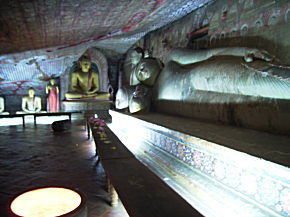 横たわった仏像