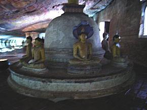 鎮座した仏像