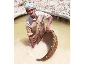 選鉱作業する鉱夫さん